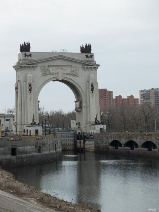 Шлюзы рядом с самым большим памятником Ленина
