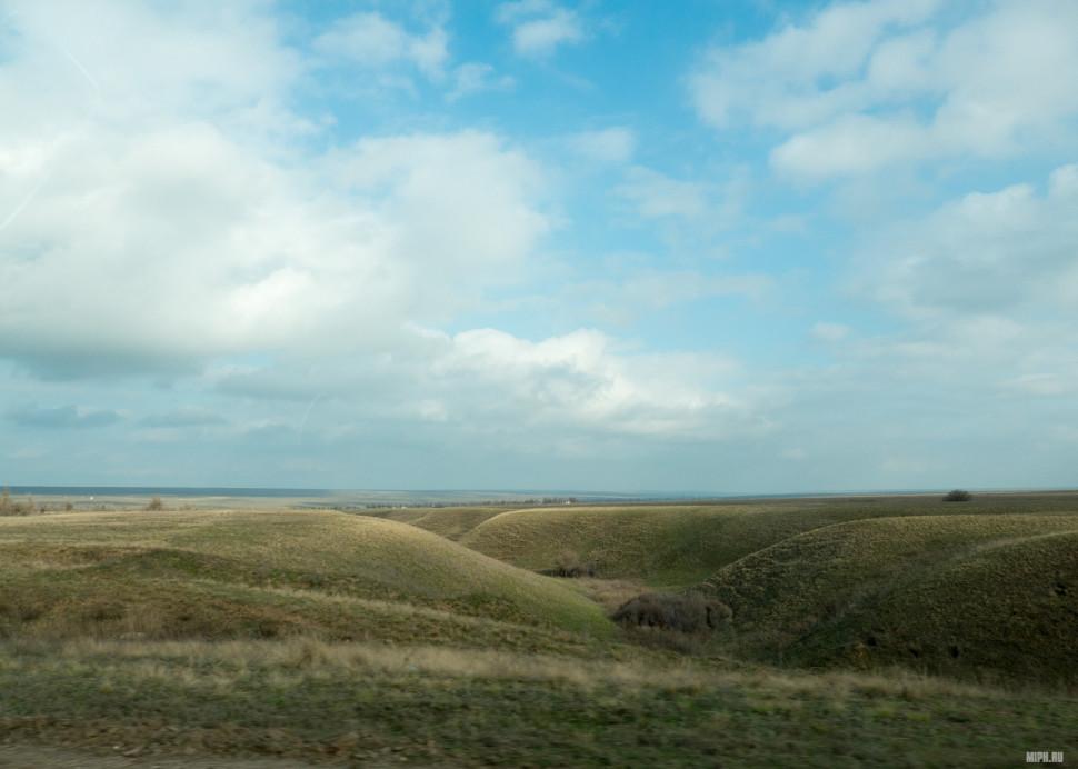 Иногда рельеф идеально ровно степи разбавляют такие вот плавные холмы и овражки.